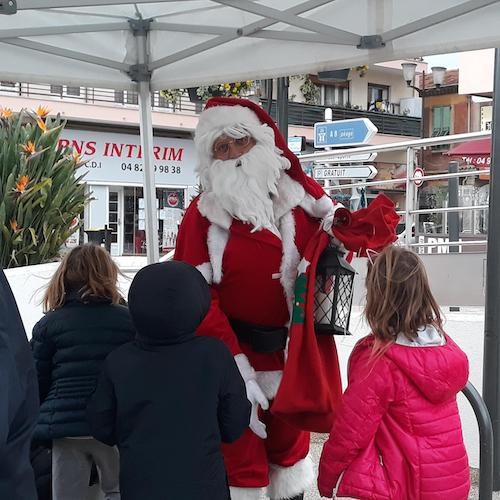 Un Père Noël discute avec des enfant à Saint Laurent du Var