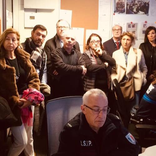 Des gens observent les écrans de surveillance du Centre Sécurité