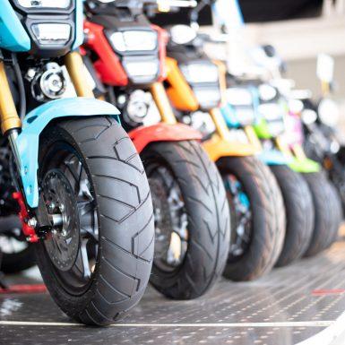 motos chez un concessionaire