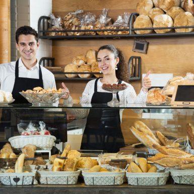 Deux vendeurs dans une boulangerie