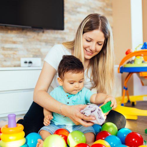 Une femme s'occupe d'un enfant