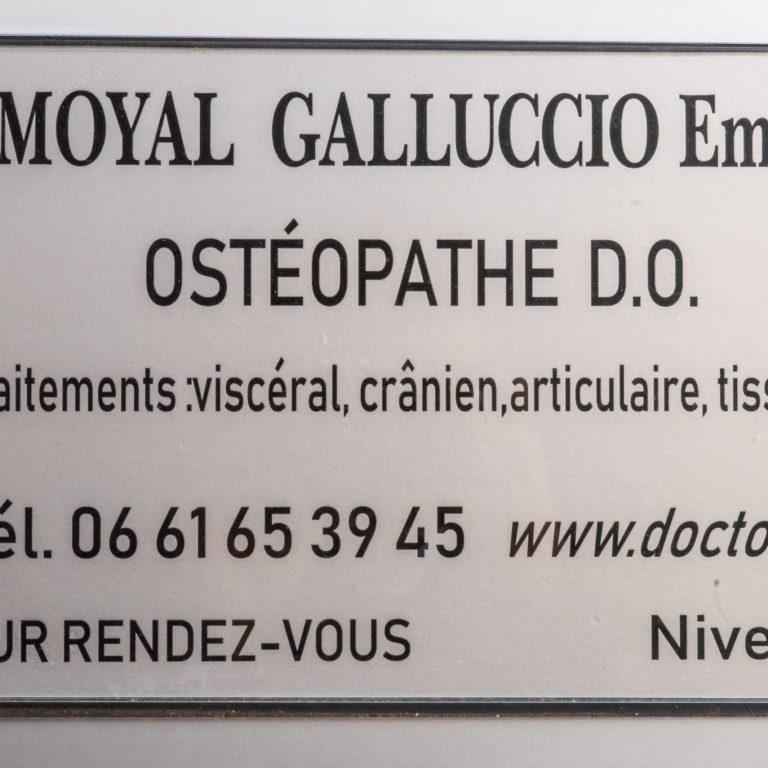 Plaque de l'ostéopathe Emilie Amoyal Galluciio