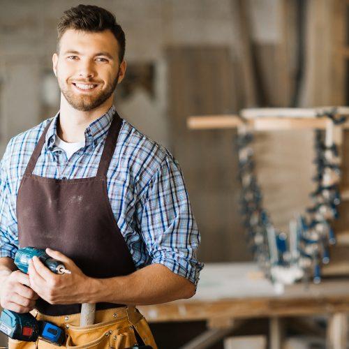 Un artisan sourit à la caméra