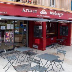 Devanture et terrasse de la boulangerie Aux Pains Laurentins