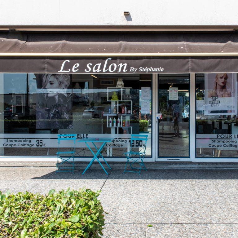 Vitrine et devanture du coiffeur Le Salon by Stéphanie