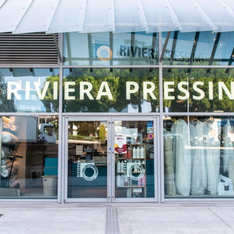 Devanture du pressing Riviera Pressing sur la parvis de Cap 3000